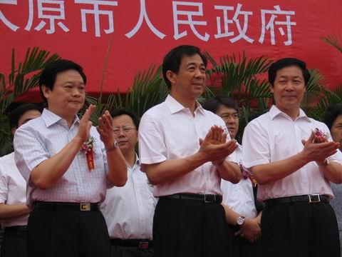 山西省省长于幼军(左)